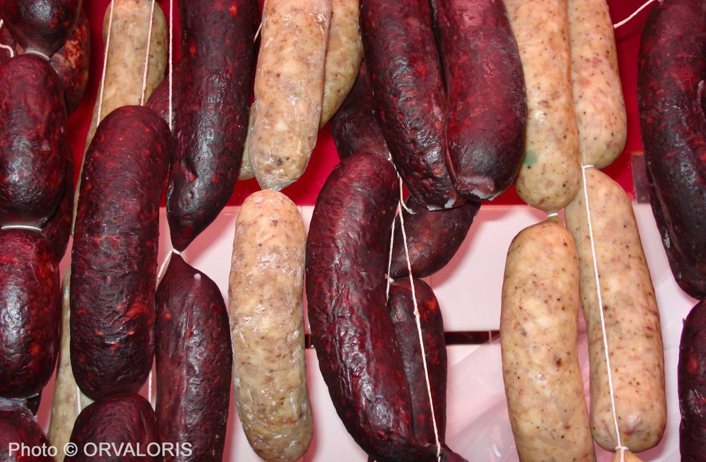 Nombreux boudins catalan noirs et blancs en séchage publié dans le Malin Gourmand